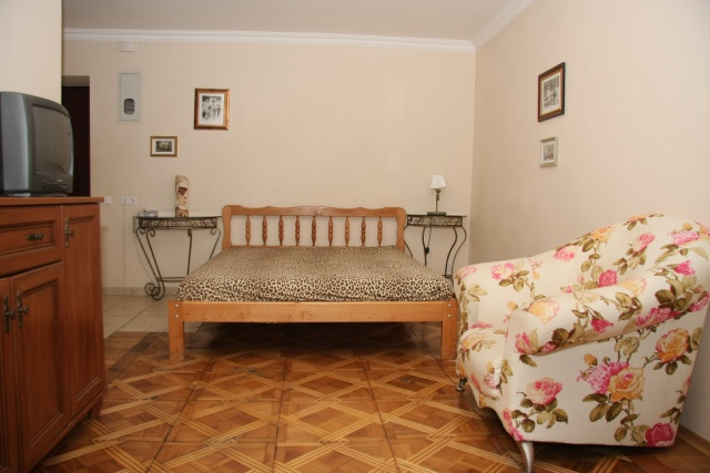 44- HOLIDAY IN KIEV STUDIO APARTMENT FOR RENT NEAR OLYMPIC STADIUM FOOTBALL