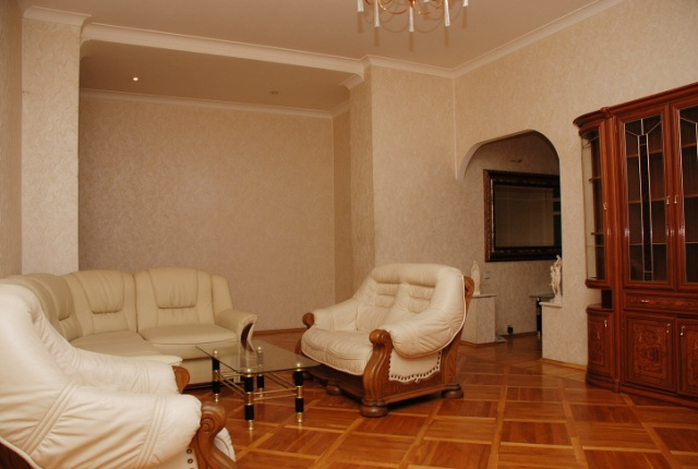 79- THREE ROOM KIEV RENT APARTMENTS BESARABSKY MARKET