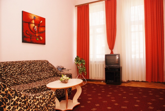 80- CENTRAL KIEV TWO BEDROOM RENT FLAT MYKAILOVS'KA STREET