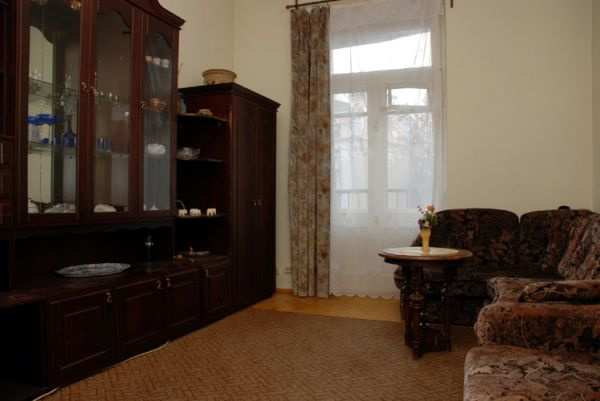 86- KIEV KRESHATIK RENT ONE BEDROOM APARTMENT