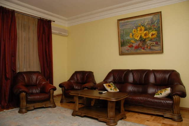172- KIEV FOUR ROOM APARTMENT FOR RENT PUSHKINSKA STREET